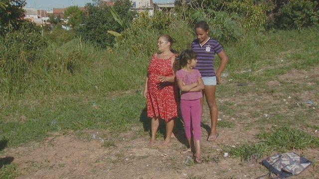 Mulher resgata e salva cobra de pauladas de moradores